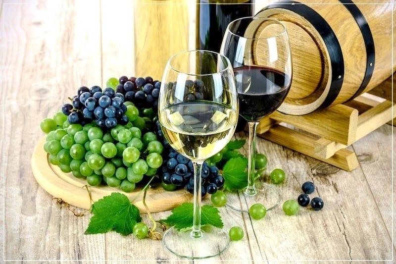 виноградное вино в бочонке