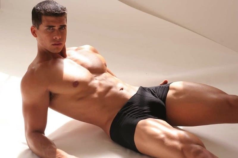 молодой мужчина лежит на полу