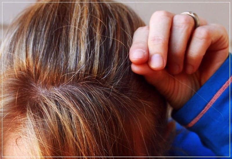 седой волос в руке