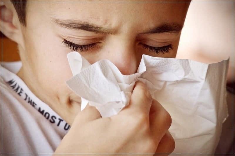 простуда: мальчик вытирает нос салфеткой