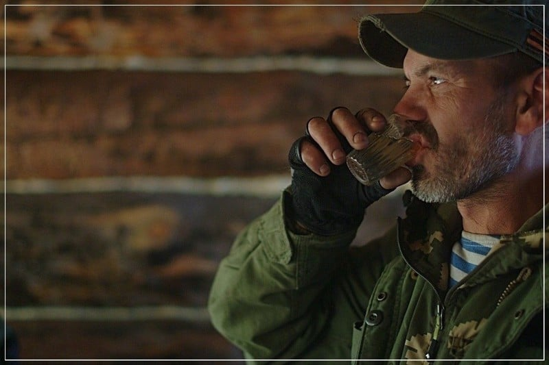 мужчина пьёт водку