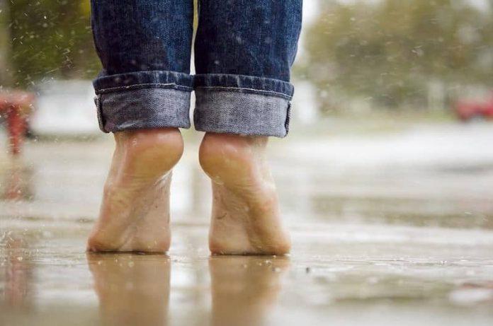 босиком в дождь