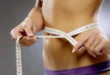 девушка измерят талию