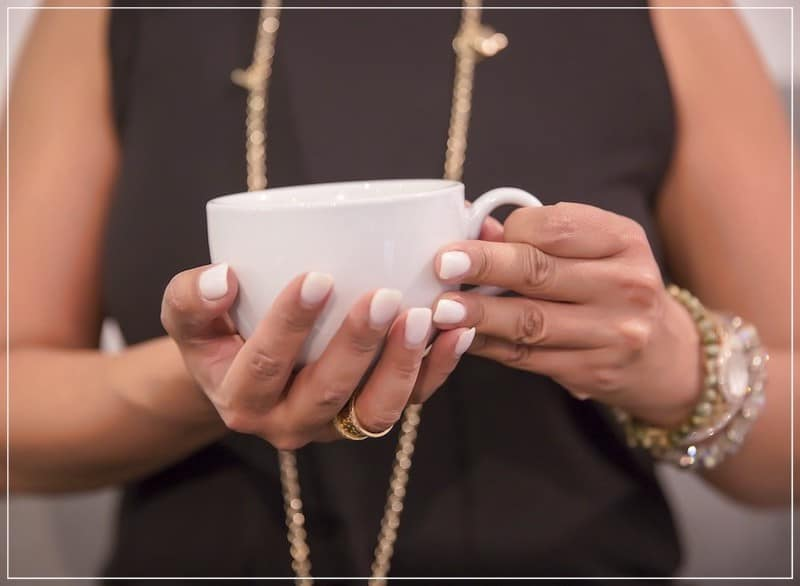 белая чашка в руках