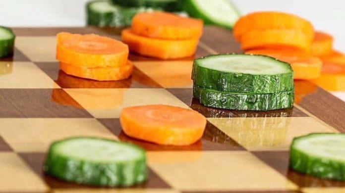 шахматная доска с кружочками овощей
