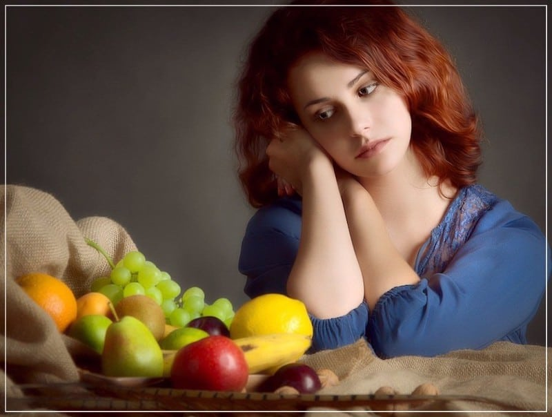 красивая задумчивая девушка