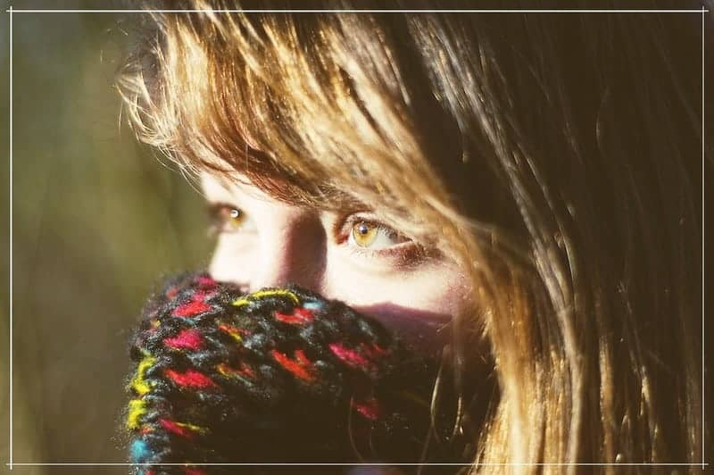 девушка укуталась шарфом