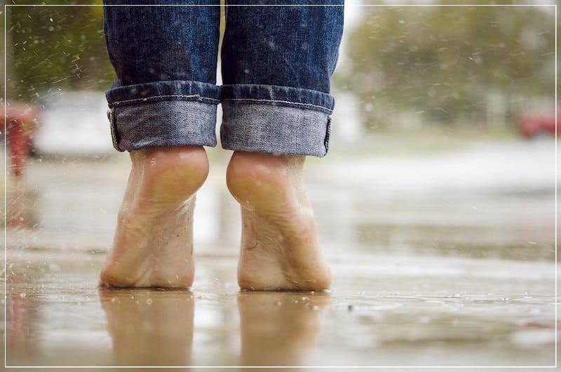 босыми ногами в дождь