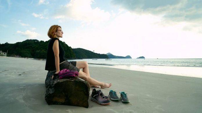 девушка отдыхает на пляже