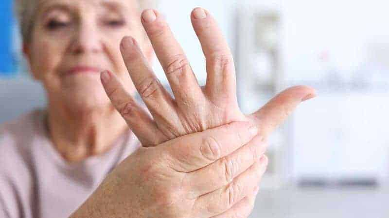 рука пожилой женщины