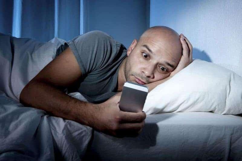 мужчина листает сообщения в телефоне