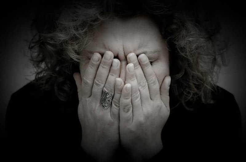 закрыть лицо руками