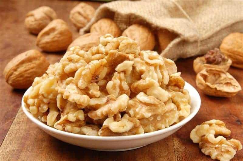 грецкие орехи в тарелке