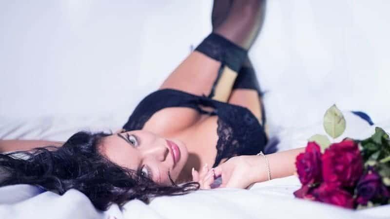страстная девушка лежит ноги вверх