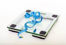 весы на полу