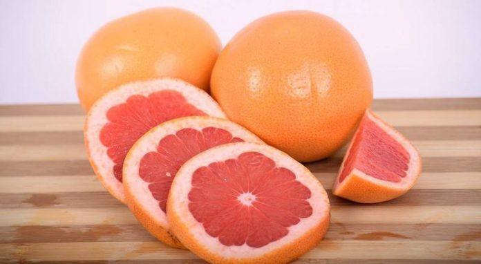 дольки грейпфрута на столе