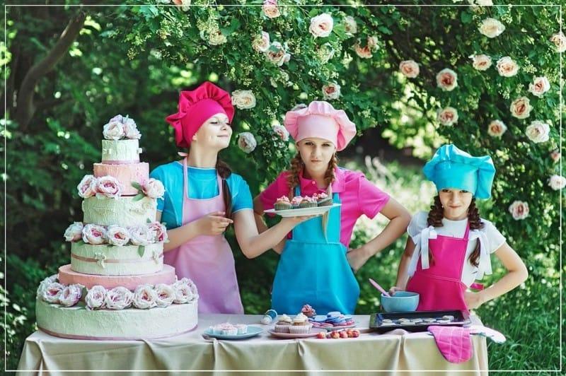 девочки испкли торт