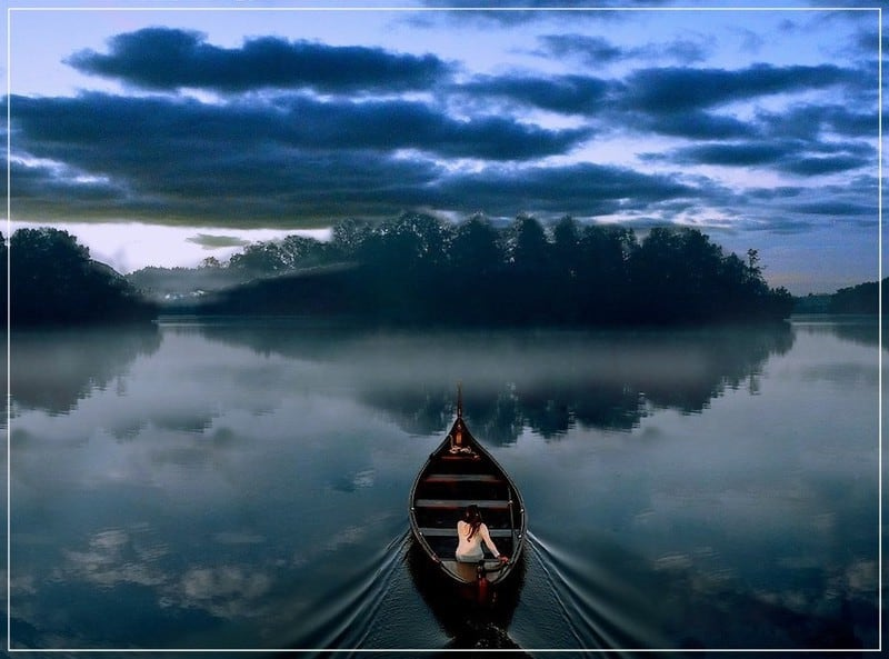 девушка плывёт в лодке по реке