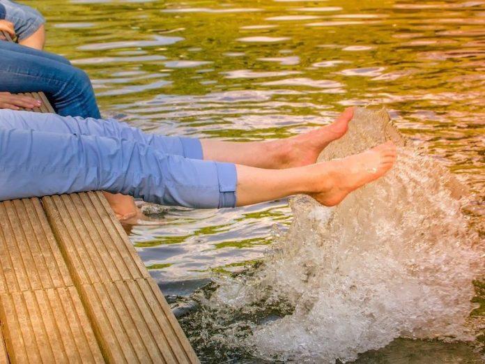 босые ноги в воде