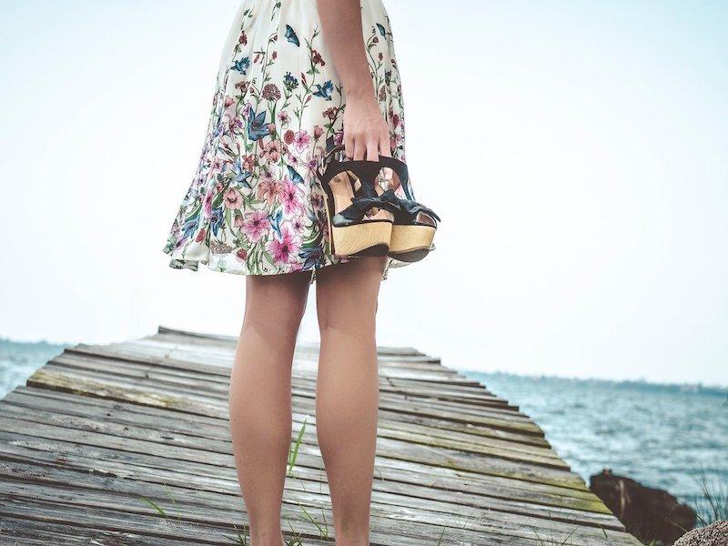 туфли в руке