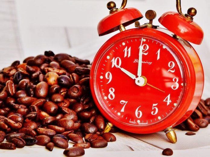 кофе и красный будильник